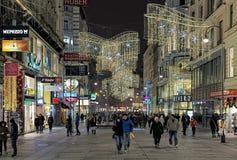 Karntner Strasse con la decoración de la Navidad e iluminación en Viena, Austria Imagenes de archivo