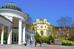 Karolina春天柱廊和天主教会在Marianske Lazne 图库摄影