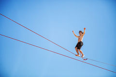KAROLINO-BUGAZ, UKRAINE - 24. AUGUST Highline-Wanderer, der in Konkurrenz am Extrem teilnimmt, trägt Festival zur Schau Lizenzfreies Stockbild