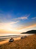 Karon海滩,普吉岛海滩日落在泰国 免版税库存图片