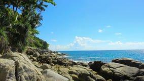 Karonstrand één van de beroemdste en populaire stranden in Phuket-eiland in Thailand stock videobeelden