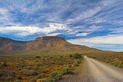 Karoo-Berglandschaft mit blauem Himmel und Straße Stockfotos