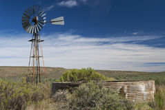 Karoo Windpump e reservatório imagem de stock royalty free