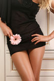Karosserie der attraktiven Frau im schwarzen Kleid Stockfotos