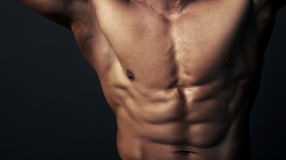 Karosserie des muskulösen Mannes Stockbilder