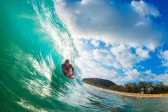 Karosserien-Kostgänger, der blauen Ozean surft stockfotografie