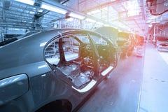 Karosserien sind auf Fließband Fabrik für Produktion von Autos im Blau Moderne Automobilindustrie Blauer Ton stockbild