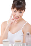 Karosseriensorgfalt: Portrait der jungen Frau im Badezimmer stockfoto