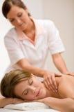 Karosseriensorgfalt - rückseitige Massage der Frau lizenzfreies stockbild