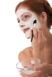 Karosseriensorgfaltserie - Frau, die Gesichtsschablone anwendet Lizenzfreies Stockbild