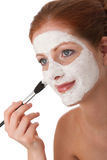 Karosseriensorgfaltserie - Frau, die Gesichtsschablone anwendet Lizenzfreie Stockbilder