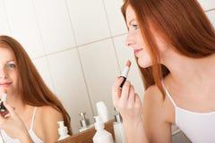 Karosseriensorgfaltserie - Frau, die Lippenstift anwendet lizenzfreie stockbilder