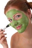 Karosseriensorgfaltserie - junge Frau mit Gesichtsschablone Lizenzfreie Stockfotos