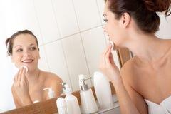 Karosseriensorgfaltserie - Reinigung der jungen Frau ihr Gesicht Lizenzfreie Stockbilder