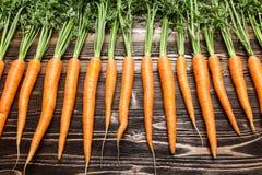 Karotte auf Holztisch Stockfotografie