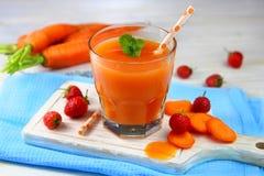 Karotte-Erdbeeresmoothie mit Minze lizenzfreies stockfoto