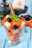 Karotte, Feta und Salat der schwarzen Oliven Lizenzfreie Stockfotos