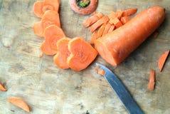 Karotte geschnitten in Herz-förmiges Stockfotos