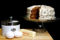 Karotte-Kuchen mit Bestandteilen Lizenzfreie Stockfotografie