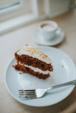 Karotte-Kuchen und Kaffee stockbild