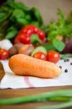 Karotte und Gemüse auf einer weißen Tischdecke lizenzfreie stockfotografie