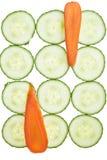 Karotte- und Gurkescheiben arrranged in einem Muster. Stockfotos