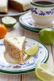 Karottekuchen mit Walnüssen und Glasur lizenzfreies stockfoto