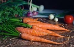 Karotten auf dem Tisch Stockbilder