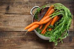 Karotten auf hölzernem Hintergrund gemüse Nahrung Abbildung der roten Lilie Stockbilder