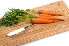 Karotten auf hölzernem Vorstand Stockfoto