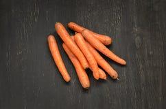 Karotten auf schwarzem hölzernem Hintergrund Lizenzfreie Stockfotografie