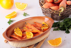 Karotten gebacken mit Orange und coriande Lizenzfreies Stockbild