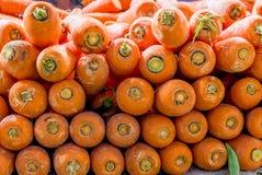 Karotten gestapelt in einem nassen Markt in Singapur stockfotografie