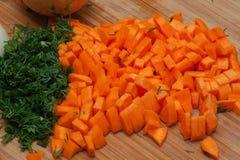 Karotten, gewürfelt und Dill stockfoto