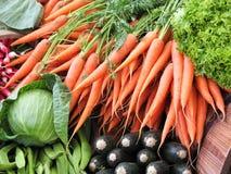 Karotten im grünen Lebensmittelgeschäft Stockfotos