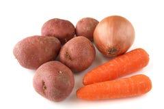 Karotten, Kartoffeln und Zwiebel auf weißem Hintergrund Lizenzfreie Stockbilder