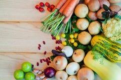 Karotten, Kartoffeln, Zwiebeln und anderes Gemüse auf Holztisch stockfotos