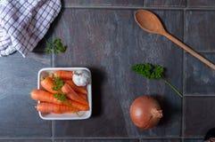 Karotten, Knoblauch, Zwiebel und Löffel Stockbild