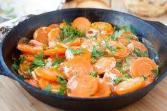 Karotten mit dem Jogurt, gebacken im Ofen Lizenzfreies Stockfoto