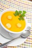 Karotten püreesieren mit Brotcroutons Stockbilder
