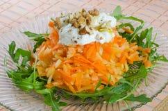 Karotten- und Apfelsalat mit Jogurt und Walnüssen Lizenzfreies Stockfoto