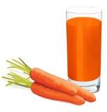 Karotten und Glas frischer Karottensaft auf weißem Hintergrund Lizenzfreie Stockbilder