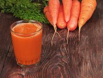 Karotten und Karottensaft Lizenzfreies Stockfoto