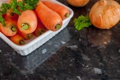 Karotten und Zwiebel mit Raum Lizenzfreie Stockfotografie