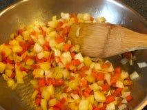 Karotten und Zwiebeln in der Wanne Lizenzfreies Stockbild