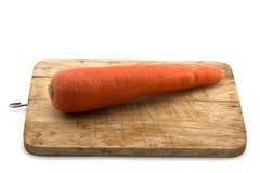 Karottengemüse auf dem Hacken des Holzes lokalisiert auf weißem Hintergrund Lizenzfreie Stockfotografie