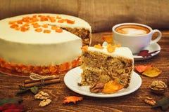 Karottenkuchen mit Cappuccino auf hölzernem Hintergrund Stockfoto