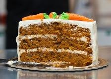 Karottenkuchen mit dem Frischkäsebereifen Lizenzfreies Stockfoto