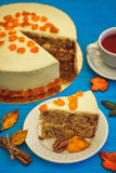 Karottenkuchen mit rotem Tee auf blauem Hintergrund Lizenzfreies Stockfoto