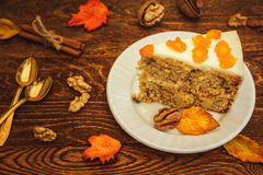 Karottenkuchen mit Walnüssen auf hölzernem Hintergrund stockbild